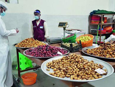 Photo of وصول بشائر الرطب العماني لسوق السيلية