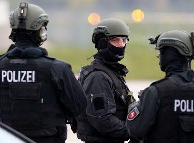 Photo of الشرطة الألمانية تقتل رجلا حاول الهجوم بسكين على أفراد شرطة
