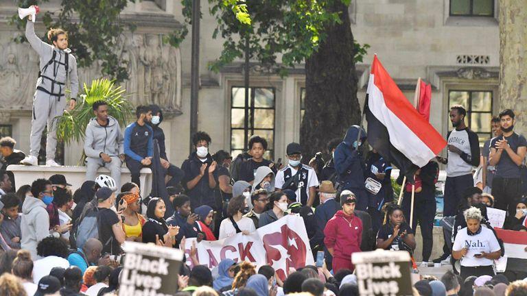 Photo of متظاهرون يمنيون يقتحمون القصر الرئاسي في عدن
