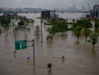 Photo of أمطار غزيرة في كوريا الجنوبية تؤدي إلى مصرع وإصابة 20 شخصا