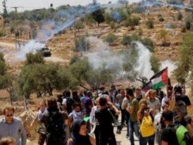 Photo of إصابة عشرات الفلسطينيين جراء قمع الاحتلال مسيرة سلمية في رام الله