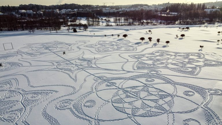 Photo of رسمة عملاقة محفورة في الثلج لفنان هاو تحقق نجاحا هائلا في فنلندا