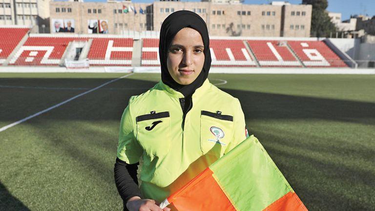 Photo of فلسطينية تطمح لرفع اسم بلادها براية التحكيم الكروي