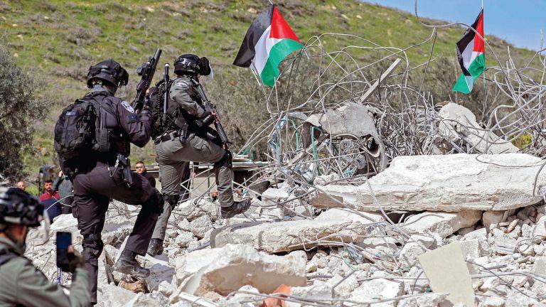 Photo of اعتقالات وعمليات هدم في الضفة.. وإطلاق نار في غزة