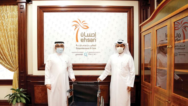 Photo of قطر الخيرية توفّر مقاعد متحركة لكبار السن بالمجمعات