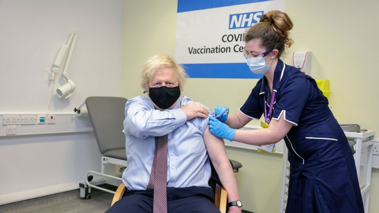 Photo of رئيس الوزراء البريطاني يتلقى الجرعة الأولى من لقاح أسترازينيكا المضاد لكوفيد