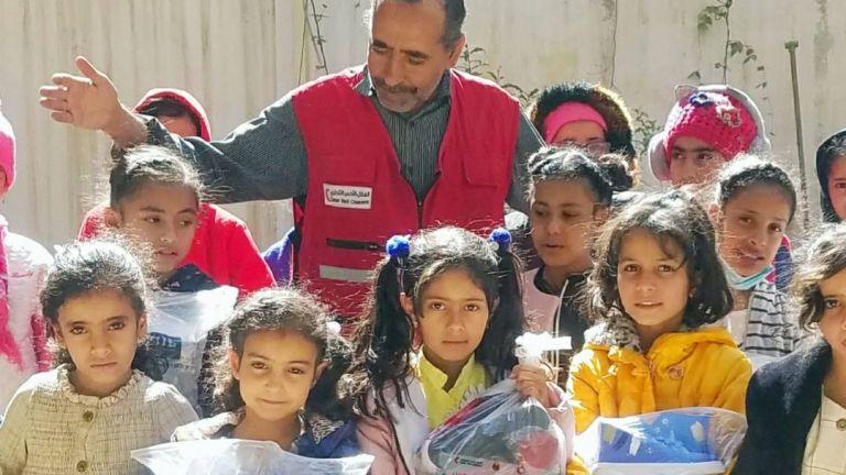 Photo of الهلال الأحمر القطري يوزع كسوة شتوية لآلاف الطلاب في اليمن