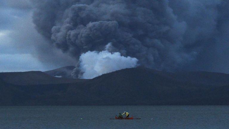 Photo of تسجيل أكثر من 200 زلزال في بركان تال في الفلبين