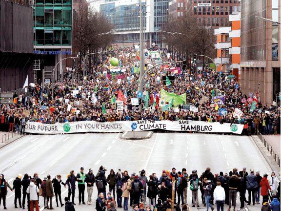 Photo of الآلاف يتظاهرون في هامبورج لحماية المناخ