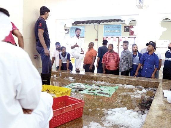 Photo of تعقيم سوق السمك بالوكرة 3 مرات يومياً