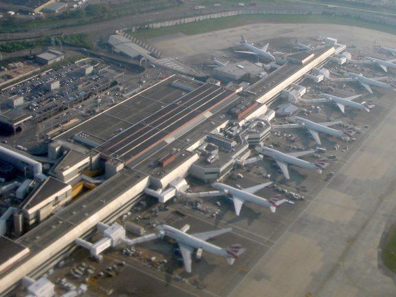 Photo of مطار هيثرو يغلق أحد مدرجيه