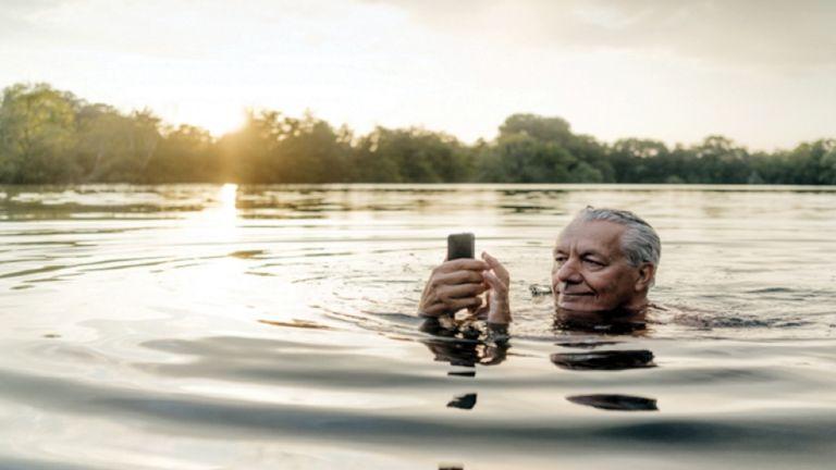Photo of استرجاع هاتف سقط في بحيرة قبل عام