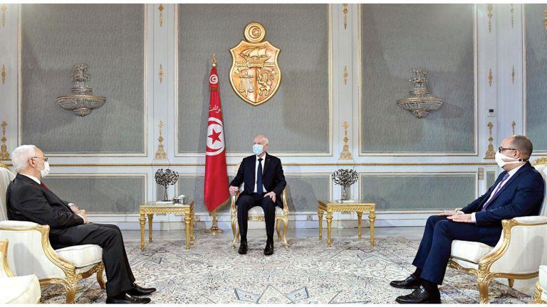 Photo of الرئيس التونسي يُعلن نفسه قائدًا للجيش والأمن معًا