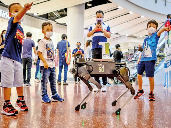 Photo of روبوت يساعد على تعقيم اليدين في تايلاند