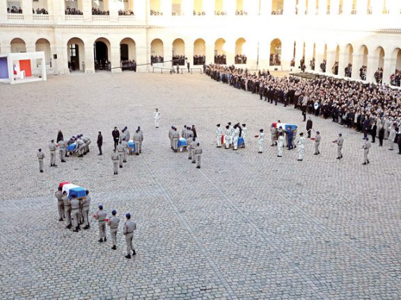 Photo of شارلي إيبدو تسخر من الجنود الفرنسيين القتلى بمالي