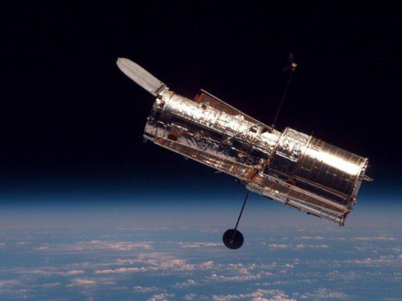 """Photo of تلسكوب """"هابل"""" يرصد مجرتين تشوهتا بفعل قوة جاذبيتهما"""