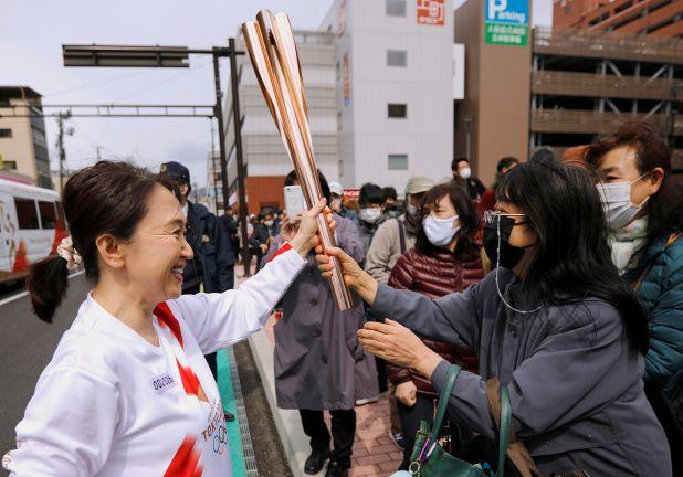 Photo of اللجنة الأولمبية الدولية تحث الرياضيين على ارتداء الكمامات