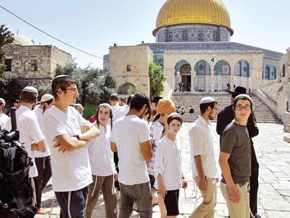 Photo of مئات المستوطنين يقتحمون الأقصى بحماية قوات الاحتلال