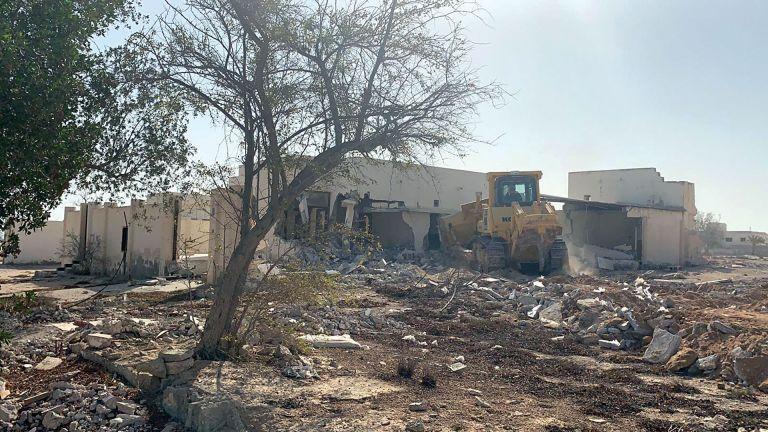 Photo of إزالة 4 عقارات قديمة في الخور