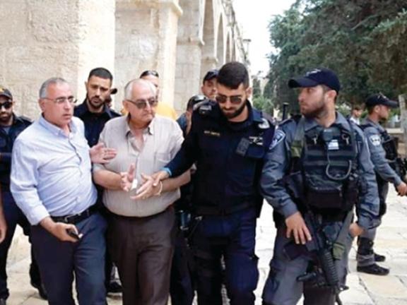 Photo of إسرائيل تعتقل مدير الإعمار وموظفين في الأقصى