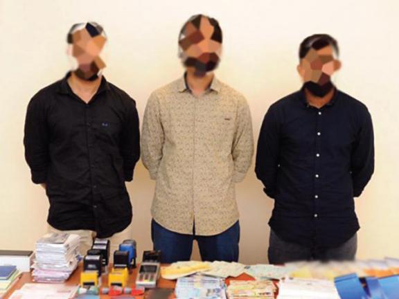 Photo of القبض على 3 آســـيويين زوروا أوامــر تحـــويل بنكــية