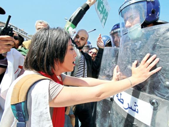 Photo of الجزائر : الجيش يدعو للحوار لحل الأزمة السياسية
