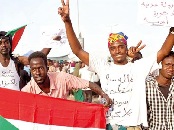 Photo of الإمارات ترسل دحلان إلى الخرطوم في زيارة مشبوهة