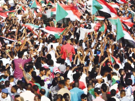 Photo of الثوار السودانيون يرفضون تدخل الإمارات والسعودية