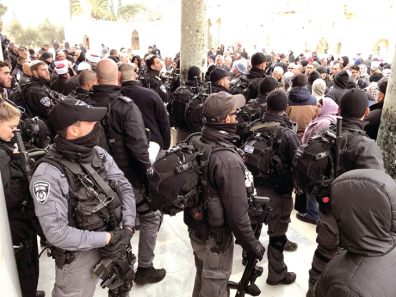 Photo of الاحتلال يحاصر قبة الصخرة ويمنع دخول المصلين للأقصى