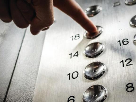 Photo of نيويورك: إنقاذ امرأة علقت داخل مصعد 3 أيام
