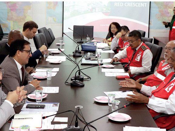 Photo of الهلال الأحمر يبحث مع نظيره الماليزي تطوير المشاريع الإنسانية