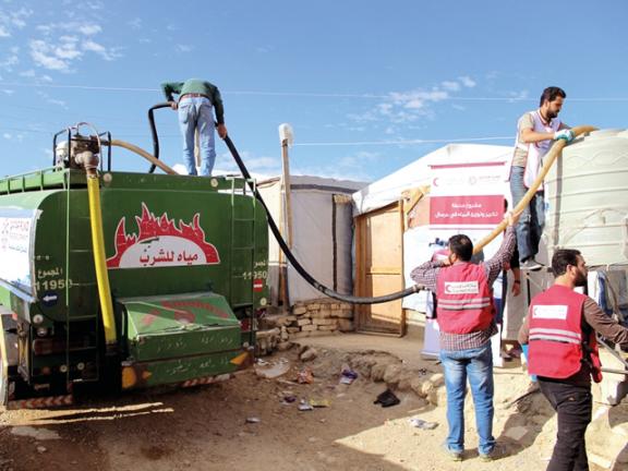 Photo of الهلال الأحمر يوفر المياه للاجئين السوريين في عرسال