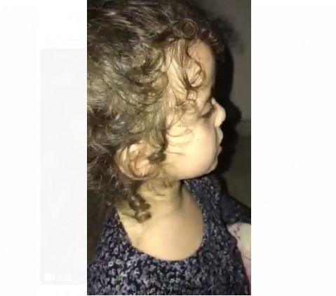 Photo of طفلة تواجه خوفها من قصف الاحتلال على غزة بالتسبيح والتكبير