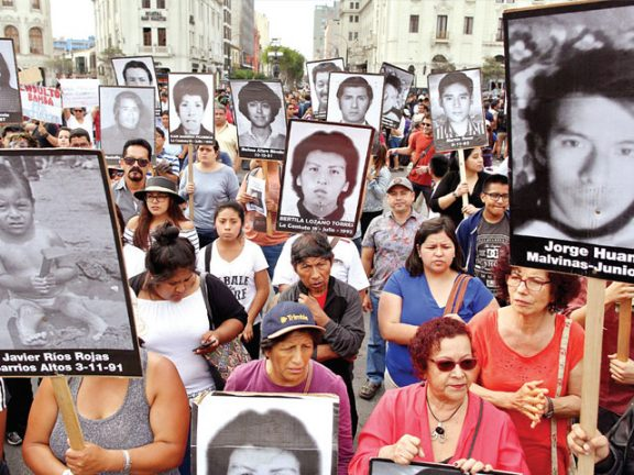 Photo of بيرو: احتجاجات ضد العفو عن الرئيس الأسبق