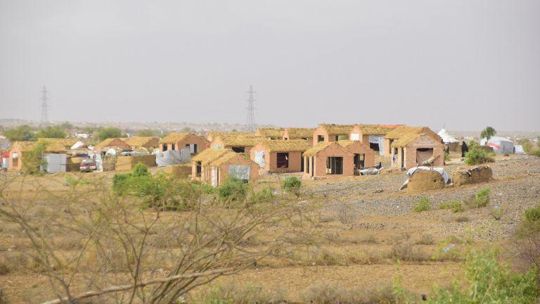 Photo of الهلال الأحمر القطري يسلم وحدات سكنية لإيواء النازحين في اليمن