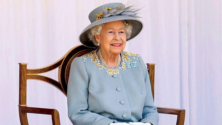 Photo of الملكة إليزابيث تُكرم علماء واجهوا جائحة كورونا