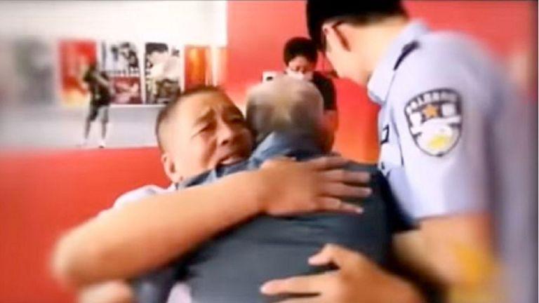 Photo of «مخطوف» يلتقي والده لأول مرة منذ 58 عامًا