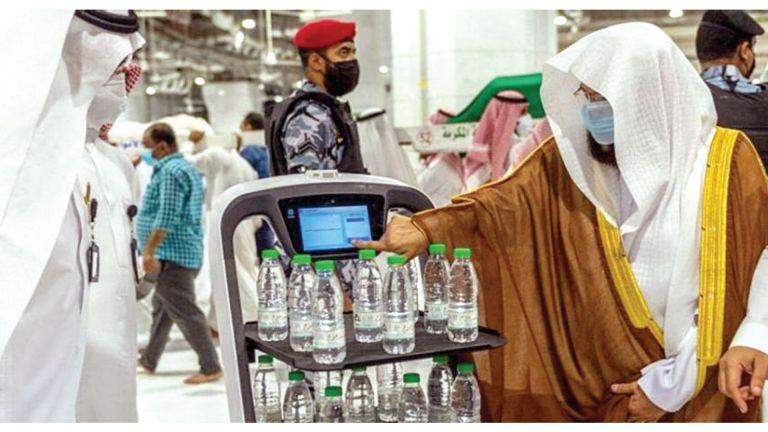 Photo of روبوت ذكي لتوزيع مياه زمزم بالحرمين الشريفين