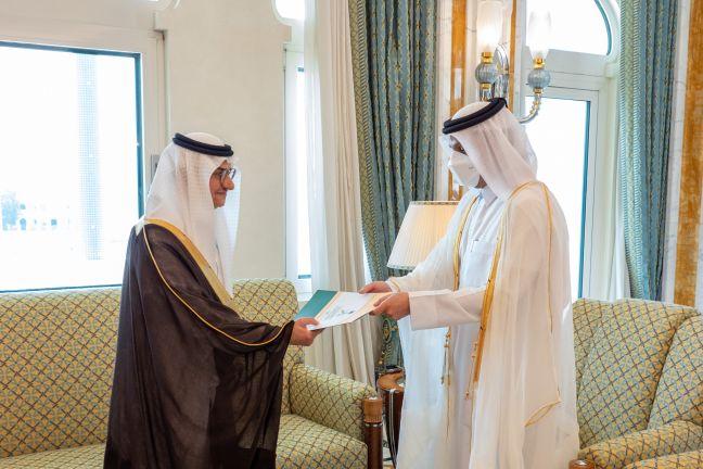 Photo of نائب رئيس مجلس الوزراء وزير الخارجية يتسلم نسخة من أوراق اعتماد السفير السعودي