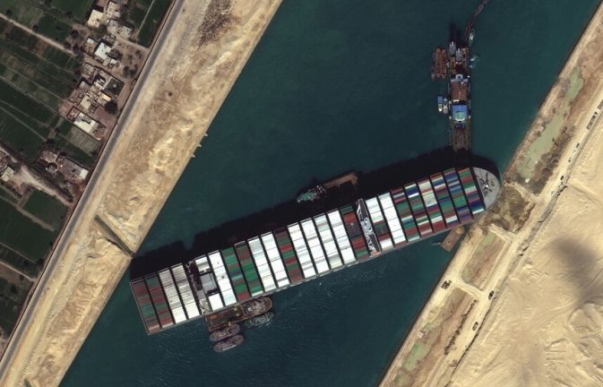 """Photo of """"هيئة السويس"""" تعلن التوصل إلى اتفاق للإفراج عن السفينة التي عطّلت الملاحة إثر جنوحها"""