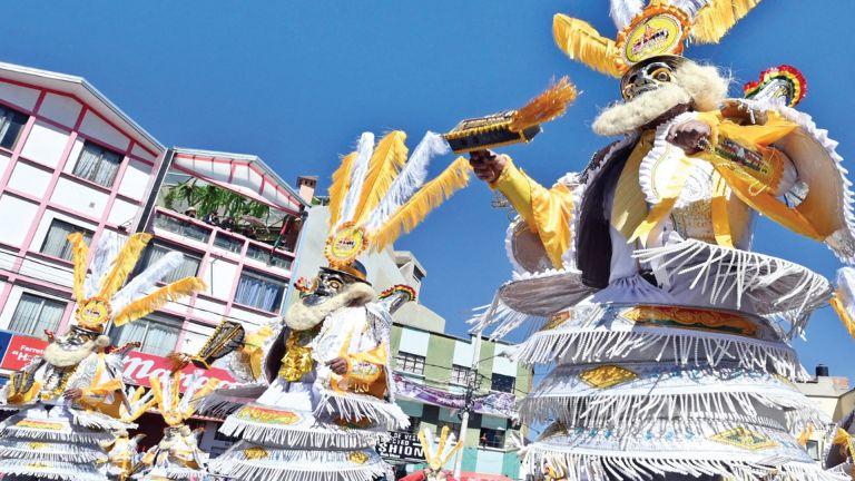 Photo of البوليفيون يستأنفون الاحتفالات التقليدية