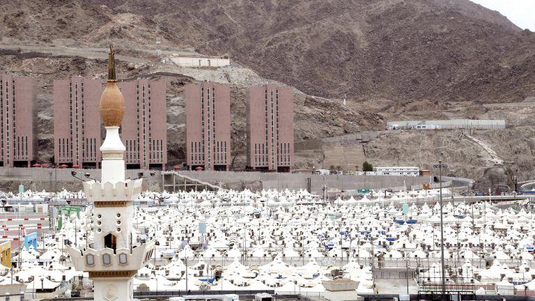 Photo of حجاج بيت الله يقفون على عرفات اليوم
