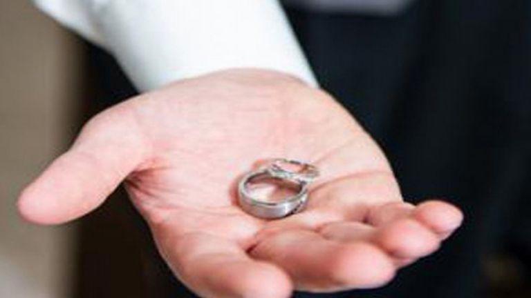 Photo of ألماني يعثر على خاتم زواجه بعد فقدانه بالفيضان