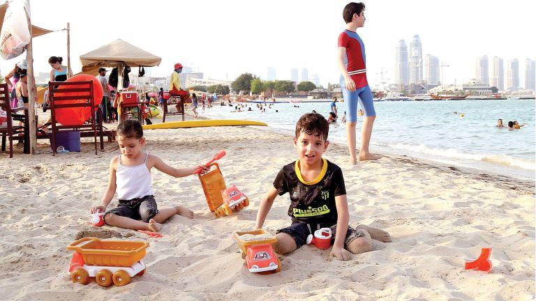 Photo of شاطئ كتارا يستقطب 8 آلاف زائر