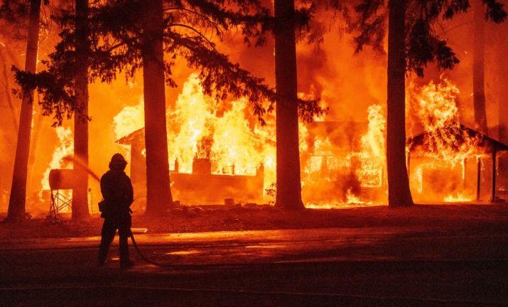 Photo of فرق الإطفاء والطوارئ تكثف جهودها لاحتواء حريق شب في جنوب فرنسا