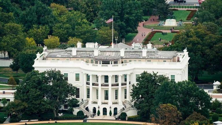 Photo of الولايات المتحدة تبقي القيود على الرحلات الدولية بسبب كوفيد-19
