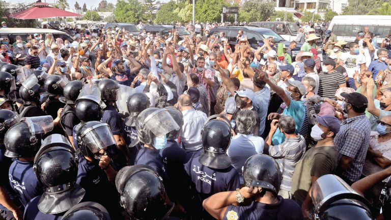 Photo of الجزيرة تستنكر مداهمة الأمن لمكتبها في تونس
