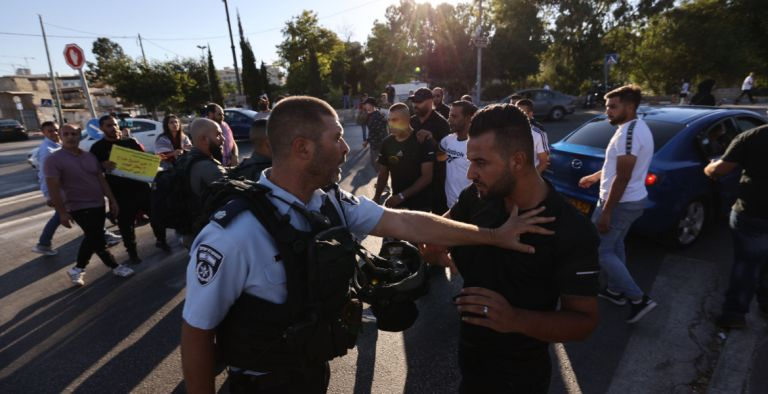 "Photo of قوات الاحتلال تقمع وقفة سلمية في حي ""الشيخ جراح"" وسط القدس المحتلة"