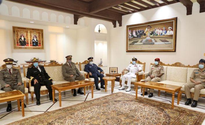 Photo of رئيس الأركان يجتمع مع نظيره العماني