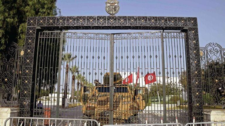 Photo of تونس: وضع وزير سابق تحت الإقامة الجبريّة